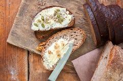 Bre d'artisan de seigle fait maison fraîchement cuit au four de levain et de farine blanche Image libre de droits