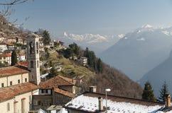 Bre-Dorf nahe Lugano im Winter mit Alpen im Hintergrund Stockbild