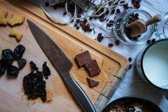 Breackfast del queso de pote con el chocolate, la pasa secada y la torta hecha en casa Fotos de archivo libres de regalías