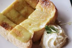 Bread, butter, topped with custard delicious Royalty Free Stock Photos