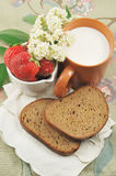 BREAD, STRAWBERRIES AND MILK Royalty Free Stock Photography