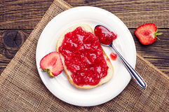 Bread with strawberry jam Royalty Free Stock Photos