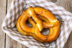 Breadbasket met traditionele eigengemaakte Beierse pretzels Royalty-vrije Stock Fotografie