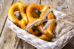 Breadbasket met traditionele eigengemaakte Beierse pretzels Stock Foto