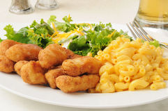Breaded chicken with macaroni and cheese Stock Photography