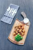 Breaded a cuit des champignons à la friteuse avec l'immersion de mayonnaise Champignons de paris et sauce frits frits de champign photo libre de droits
