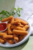 Breaded a fait frire des doigts de fromage avec la menthe et le ketchup Image libre de droits