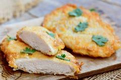 Breaded kurczak polędwicowy na drewnianej desce Pieczonego kurczaka polędwicowy przepis zbliżenie Obraz Royalty Free