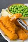 Breaded rybi palce z grochami zdjęcie stock