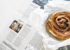 Breadroll e jornal dinamarqueses do café fotografia de stock