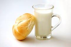 Breadroll en melk Royalty-vrije Stock Afbeeldingen