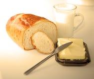 Breadroll und Milch Stockbild