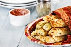 Breadsticks de Asiago y salsa caseosos de Marinara imagen de archivo libre de regalías
