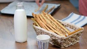 Breadsticks de Grissini, barras de pan Sésamo-cubiertas Barras de pan fresco en una cesta metrajes