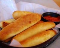 Breadsticks en Saus Stock Afbeeldingen