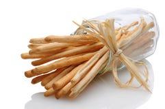 Breadsticks i krus på dess sida som binds med basten arkivfoton