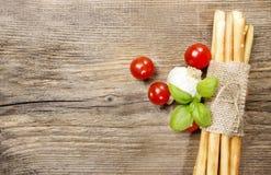 Breadsticks italianos tradicionales en fondo de madera Fotografía de archivo
