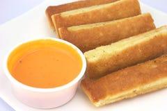 Breadsticks och doppa vitlökkräm Fotografering för Bildbyråer