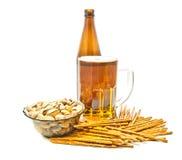 Breadsticks, pistaches en lichte bierclose-up Stock Afbeelding