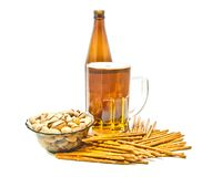 Breadsticks, Pistazien und Nahaufnahme des hellen Bieres stockbild