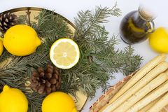 Breadsticksgrissini op rieten plaat, citroenen, en olijfolie royalty-vrije stock fotografie
