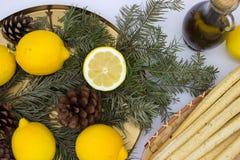 Breadsticksgrissini op rieten plaat, citroenen, en olijfolie royalty-vrije stock afbeeldingen