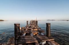 Breage viejo en el mar en la puesta del sol fotos de archivo libres de regalías