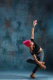 Break dance de la chica joven en fondo de la pared Imagen de archivo libre de regalías