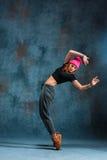 Break dance de la chica joven en fondo de la pared Fotos de archivo