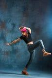 Break dance de la chica joven en fondo de la pared Fotografía de archivo
