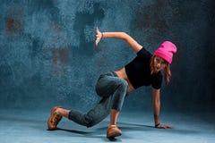 Break dance de la chica joven en fondo de la pared Imagenes de archivo