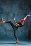 Break dance de la chica joven en fondo de la pared Foto de archivo