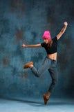 Break dance de la chica joven en fondo de la pared Imagen de archivo