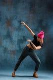 Break dance de la chica joven en fondo de la pared Fotografía de archivo libre de regalías