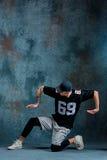 Break dance de la chica joven en fondo de la pared Fotos de archivo libres de regalías