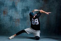 Break dance del hombre joven en fondo de la pared Fotografía de archivo
