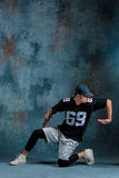 Break dance del hombre joven en fondo de la pared Imágenes de archivo libres de regalías