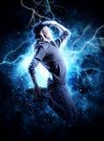Break dance dell'uomo sul fondo della luce di elettricità Immagine Stock Libera da Diritti