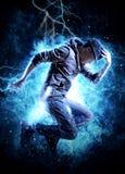 Break dance dell'uomo sul fondo della luce di elettricità Fotografia Stock Libera da Diritti
