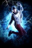 Break dance dell'uomo sul fondo della luce di elettricità Fotografia Stock