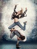 Break dance delle coppie sul fondo della parete fotografie stock libere da diritti