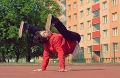 Breakdance танцев подростка в улице Стоковые Изображения RF