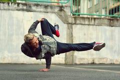 Breakdance танцев подростка в улице Стоковое Фото