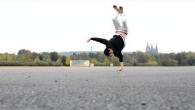 Breakdance da dança do homem novo na Praga vídeos de arquivo