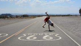 Breakdance da dança do menino na estrada famosa da rota 66 filme