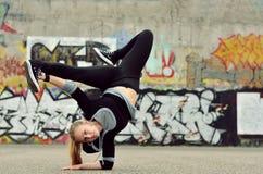 Breakdance del baile de la chica joven en la calle Imágenes de archivo libres de regalías