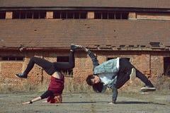 Breakdance del baile del adolescente en la calle Imagenes de archivo