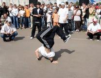 Breakdance der jungen Leute ein   Stockbild