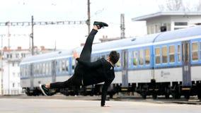 Breakdance di dancing del giovane sulla via video d archivio