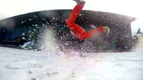 Breakdance di dancing dell'adolescente in neve, rallentatore stock footage